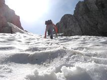 Αναρρίχηση του βουνού κάτω από το χιόνι Στοκ Εικόνα