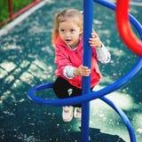 Αναρρίχηση του μικρού κοριτσιού στην παιδική χαρά Παιδική χαρά υπαίθρια στο θερινό χρόνο Στοκ Εικόνα