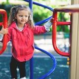 Αναρρίχηση του μικρού κοριτσιού στην παιδική χαρά Παιδική χαρά υπαίθρια στο θερινό χρόνο Στοκ φωτογραφία με δικαίωμα ελεύθερης χρήσης