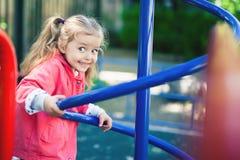 Αναρρίχηση του μικρού κοριτσιού στην παιδική χαρά Παιδική χαρά υπαίθρια στο θερινό χρόνο Στοκ Φωτογραφία