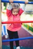 Αναρρίχηση του μικρού κοριτσιού στην παιδική χαρά Παιδική χαρά υπαίθρια στο θερινό χρόνο Στοκ φωτογραφίες με δικαίωμα ελεύθερης χρήσης