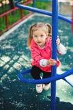 Αναρρίχηση του μικρού κοριτσιού στην παιδική χαρά Παιδική χαρά υπαίθρια στο θερινό χρόνο Στοκ Εικόνες