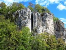 Αναρρίχηση του τοπίου βράχου με τους ορειβάτες Στοκ εικόνα με δικαίωμα ελεύθερης χρήσης