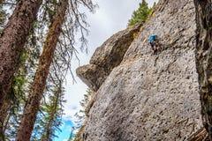 Αναρρίχηση των απότομων τοίχων βράχου στις λίμνες Grassi κοντά σε Canmore στοκ φωτογραφία με δικαίωμα ελεύθερης χρήσης