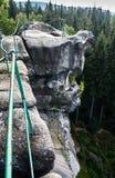 Αναρρίχηση των βράχων που αγνοούν το δάσος στοκ φωτογραφίες