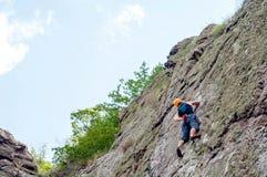 αναρρίχηση των σχοινιών δύο βράχου καλημάνων Ένας νέος ορειβάτης αναρριχείται σε έναν κάθετο βράχο γρανίτη ακραίος αθλητισμός στοκ εικόνες