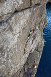Αναρριμένος οι συνεργάτες κάνουν την ανάβαση προς τον τοίχο βράχου Στοκ εικόνες με δικαίωμα ελεύθερης χρήσης