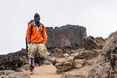 αναρριμένος στο kilimanjaro οδηγών επικολλήστε Τανζανό Στοκ Φωτογραφία