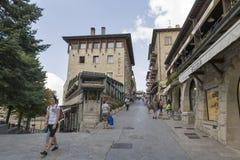 Αναρριχηθείτε σε Alla Rocca με τα καταστήματα, τα ξενοδοχεία και τα εστιατόρια, Άγιος Μαρίνος Στοκ φωτογραφία με δικαίωμα ελεύθερης χρήσης