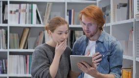 Αναρωμένος ομάδα που χρησιμοποιεί το PC ταμπλετών στον κλονισμό στην εργασία απόθεμα βίντεο