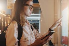 ανασκόπησης άνευ ραφής καλοκαίρι νύχτας σχεδίου floral σας Η νέα γυναίκα eyeglasses με τις στάσεις σακιδίων πλάτης στην οδό πόλεω Στοκ εικόνες με δικαίωμα ελεύθερης χρήσης