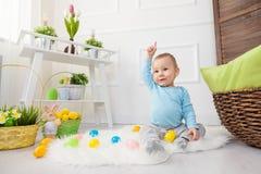 ανασκόπησης αγοριών χαριτωμένο Πάσχας αυγών πράσινο κρυμμένο κυνήγι χλόης αυγών φρέσκο που απομονώνεται έρευνα του λευκού Λατρευτ Στοκ Φωτογραφίες