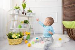 ανασκόπησης αγοριών χαριτωμένο Πάσχας αυγών πράσινο κρυμμένο κυνήγι χλόης αυγών φρέσκο που απομονώνεται έρευνα του λευκού Λατρευτ Στοκ εικόνα με δικαίωμα ελεύθερης χρήσης