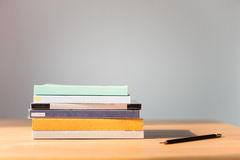 ανασκόπησης βιβλία που απομονώνονται μαύρα πέρα από τον πίνακα Κανένα ετικέτα, κενά σπονδυλική στήλη και μολύβι Στοκ Εικόνα