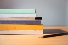 ανασκόπησης βιβλία που απομονώνονται μαύρα πέρα από τον πίνακα Κανένα ετικέτα, κενά σπονδυλική στήλη και μολύβι Στοκ Εικόνες