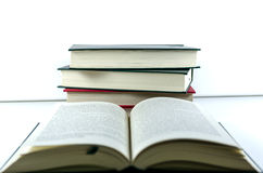 ανασκόπησης βιβλία που απομονώνονται μαύρα πέρα από τον πίνακα Στοκ εικόνες με δικαίωμα ελεύθερης χρήσης