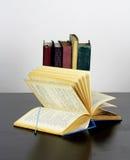 ανασκόπησης βιβλία που απομονώνονται μαύρα πέρα από τον πίνακα Στοκ Εικόνες