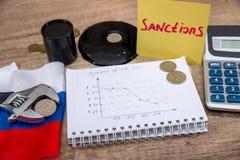 ανασκόπησης διαγραμμάτων ακατέργαστο δολαρίων γυαλιού σημάδι τιμών του πετρελαίου ανάπτυξης ενισχύοντας ρούβλι πληθωρισμού Ρωσικέ Στοκ Εικόνες
