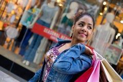ανασκόπησης λευκό στούντιο κοριτσιών αγορές καλυμμένο Στοκ Εικόνα