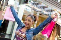 ανασκόπησης λευκό στούντιο κοριτσιών αγορές καλυμμένο Στοκ εικόνες με δικαίωμα ελεύθερης χρήσης