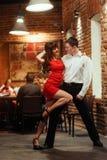 ανασκόπησης ζευγών λευκές νεολαίες salsa χορευτών χορεύοντας εμπαθείς Εμπαθές salsa Στοκ φωτογραφία με δικαίωμα ελεύθερης χρήσης