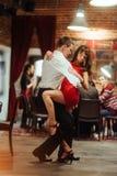 ανασκόπησης ζευγών λευκές νεολαίες salsa χορευτών χορεύοντας εμπαθείς Εμπαθές salsa Στοκ Εικόνα