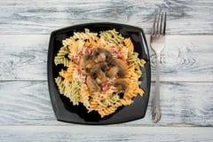 ανασκόπησης ζωηρόχρωμο γεύσεων τροφίμων λευκό ζυμαρικών fusilli ιταλικό Στοκ Φωτογραφία