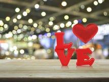 ανασκόπησης η μπλε κιβωτίων καρδιά δώρων ημέρας έννοιας εννοιολογική απομόνωσε τους διαμορφωμένους ακόμα κόκκινο βαλεντίνους καλα Στοκ φωτογραφία με δικαίωμα ελεύθερης χρήσης