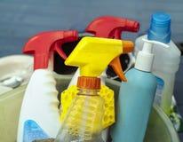 ανασκόπησης καθαρίζοντας προμήθειες σφουγγαριών υφασμάτων νέες πορτοκαλιές Στοκ Φωτογραφίες