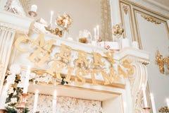 ανασκόπησης κεριών Χριστουγέννων νέο s σύνθεσης σκοτεινό έτος παιχνιδιών βραδιού Κλασικά διαμερίσματα με μια άσπρη εστία Στοκ εικόνες με δικαίωμα ελεύθερης χρήσης
