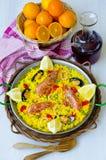 ανασκόπησης κουζίνας εστίασης πορτοκαλιών εκλεκτικό ισπανικό κρασί ρυζιού paella κόκκινο paella Στοκ Εικόνα