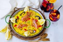 ανασκόπησης κουζίνας εστίασης πορτοκαλιών εκλεκτικό ισπανικό κρασί ρυζιού paella κόκκινο Paella και φρέσκο sangria Στοκ φωτογραφία με δικαίωμα ελεύθερης χρήσης