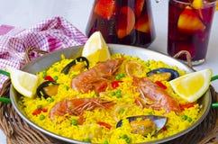 ανασκόπησης κουζίνας εστίασης πορτοκαλιών εκλεκτικό ισπανικό κρασί ρυζιού paella κόκκινο Paella και φρέσκο sangria Στοκ φωτογραφίες με δικαίωμα ελεύθερης χρήσης