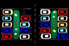 ανασκόπησης κουμπιών κινηματογραφήσεων σε πρώτο πλάνο ράβοντας νήμα δύο βελόνων έννοιας σκοτεινό ξύλινο Χώρος στάθμευσης υφάσματο Στοκ Φωτογραφίες