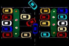 ανασκόπησης κουμπιών κινηματογραφήσεων σε πρώτο πλάνο ράβοντας νήμα δύο βελόνων έννοιας σκοτεινό ξύλινο Χώρος στάθμευσης υφάσματο Στοκ Εικόνες
