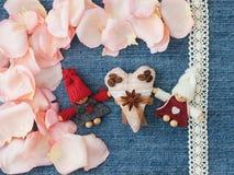ανασκόπησης κόκκινος s ημέρας χρυσός βαλεντίνος καρδιών Μπλε υπόβαθρο τζιν με πλεκτός Στοκ Φωτογραφίες