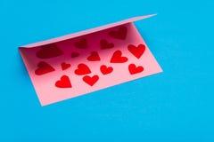 ανασκόπησης κόκκινο διαποτισμένο φύλλο καρδιών χαιρετισμού καρτών χρυσό Στοκ Φωτογραφία