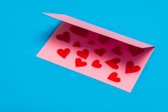 ανασκόπησης κόκκινο διαποτισμένο φύλλο καρδιών χαιρετισμού καρτών χρυσό Στοκ Εικόνα