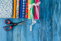 ανασκόπησης μασουριών κορδέλλες που τίθενται τις πολύχρωμες το ράψιμο Εξαρτήματα για τη ραπτική στο ξύλινο backgrou Στοκ Εικόνες