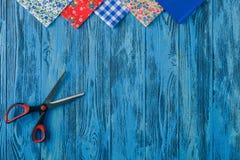 ανασκόπησης μασουριών κορδέλλες που τίθενται τις πολύχρωμες το ράψιμο Εξαρτήματα για τη ραπτική στο ξύλινο backgrou Στοκ Φωτογραφίες