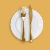 ανασκόπησης μπεζ πιάτο μαχαιριών δικράνων χρυσό Στοκ εικόνα με δικαίωμα ελεύθερης χρήσης