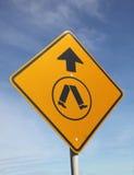ανασκόπησης μπλε ουρανός σημαδιών περάσματος για τους πεζούς Στοκ φωτογραφία με δικαίωμα ελεύθερης χρήσης