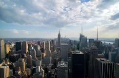 ανασκόπησης μπλε κτηρίων πόλεων υψηλός ορίζοντας Υόρκη ουρανού του Μανχάτταν νέος Στοκ Φωτογραφίες
