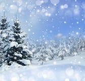 ανασκόπησης μπλε Χριστουγέννων σύννεφων οριζόντιος χαμηλότερος λόφων κλίσης νιφάδων χρωμάτων καλυμμένος σύνθεση οι πλούσιοι χαρτο Στοκ Εικόνες