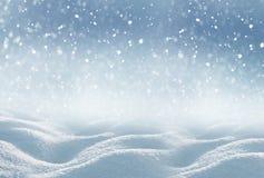 ανασκόπησης μπλε Χριστουγέννων σύννεφων οριζόντιος χαμηλότερος λόφων κλίσης νιφάδων χρωμάτων καλυμμένος σύνθεση οι πλούσιοι χαρτο Στοκ φωτογραφία με δικαίωμα ελεύθερης χρήσης