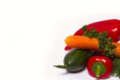 ανασκόπησης φρέσκων κρεμμυδιών αγγουριών φρέσκο λευκό λαχανικών ντοματών στούντιο άνοιξη κρεμμυδιών salat βλασταημένο Στοκ φωτογραφία με δικαίωμα ελεύθερης χρήσης