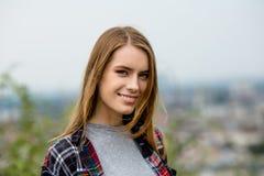 ανασκόπησης όμορφες νεολαίες λευκών γυναικών περιστασιακών ενδυμάτων απομονωμένες Στοκ φωτογραφίες με δικαίωμα ελεύθερης χρήσης
