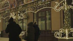 ανασκόπησης όμορφος εκλεκτικός επάνω εστίασης διακοσμήσεων Χριστουγέννων στενός Στο υπόβαθρο, τα αυτοκίνητα είναι από την εστίαση απόθεμα βίντεο