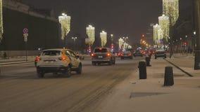 ανασκόπησης όμορφος εκλεκτικός επάνω εστίασης διακοσμήσεων Χριστουγέννων στενός Στο υπόβαθρο, τα αυτοκίνητα είναι από την εστίαση φιλμ μικρού μήκους