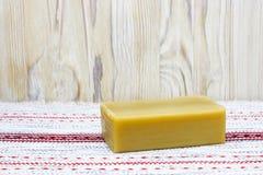 ανασκόπηση αγροτική Bath spa εξαρτήματα Φυσικό χειροποίητο οργανικό σαπούνι ελαιολάδου στον ξύλινο πίνακα Επιτραπέζιο doily με το Στοκ Εικόνες